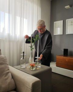Come arredare la casa durante le feste di Natale: un centrotavola di candele e vasi di vetro.