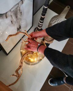 Come arredare la casa durante le feste di Natale: piccole luci in un vaso di vetro