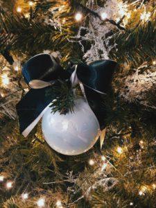 Arredare la casa a Natale: sfere di vetro per tutti i gusti.